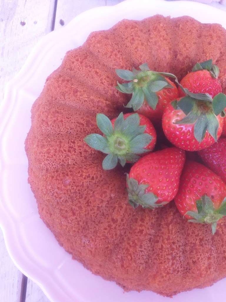 Bizcocho casero fácil con fresas naturales